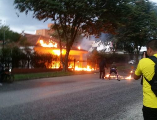 Manifestantes queman casa del comandante de policía de Risaralda