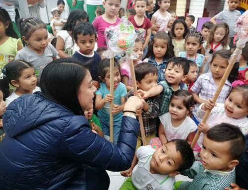 Se entregaron a 2 mil niños de la ciudad, caballitos de palo para participar en las fiestas del cumpleaños 170 de la ciudad